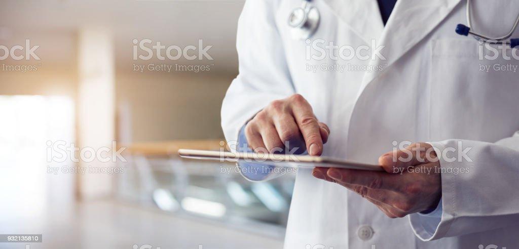 Männlichen Arzt drückt auf Bildschirm digital-Tablette – Foto