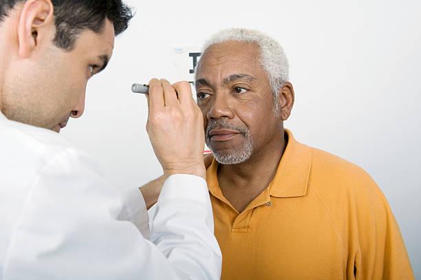 Männlichen Arzt, die Überprüfung des Patienten In der Klinik Eye – Foto