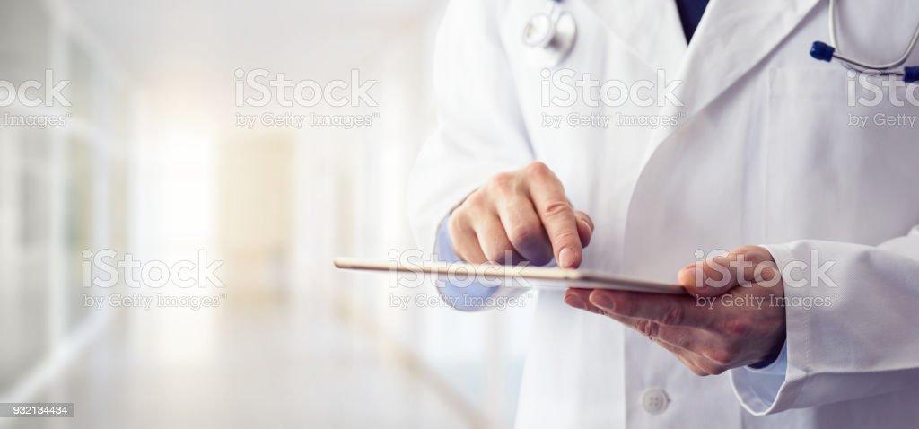 Männlichen Arzt mit seiner digital-Tablette – Foto