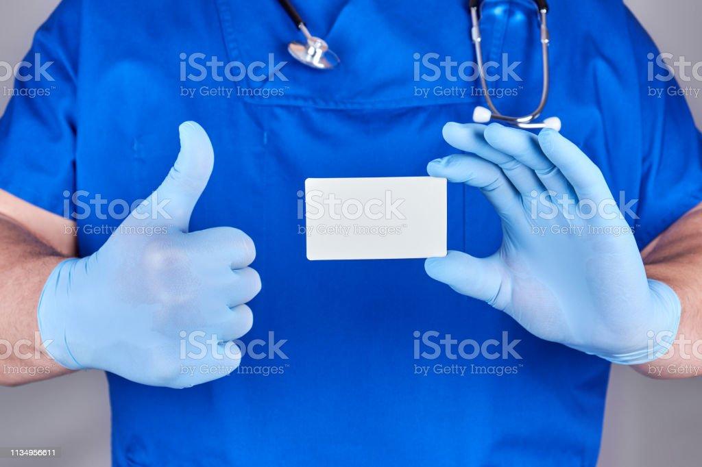 Männlicher Arzt Trägt Blaue Latexhandschuhe Hält Eine Leere