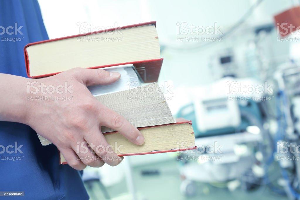 Männlichen Arzt mit Büchern auf der Intensivstation – Foto