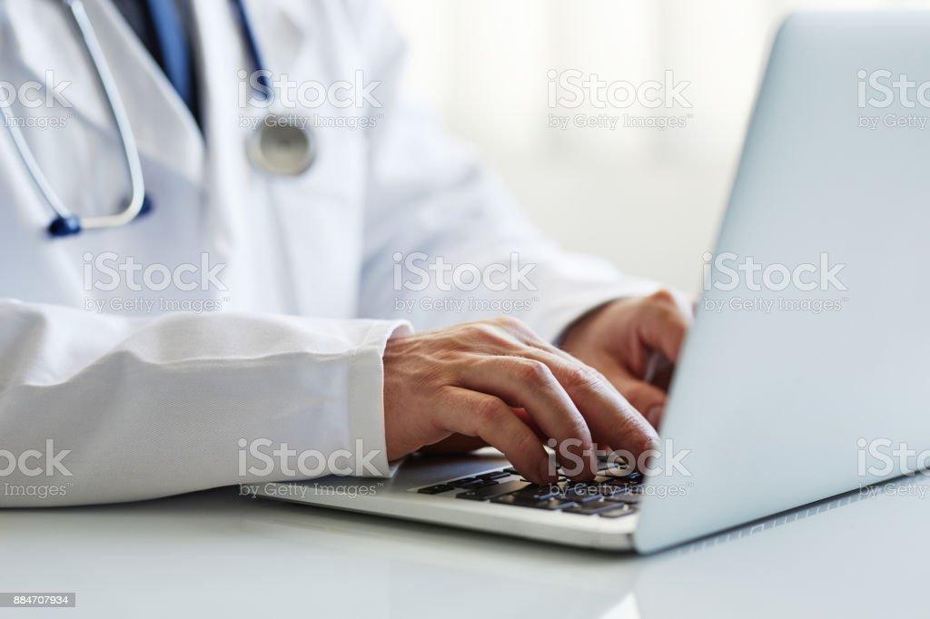 Männlichen Arzt Arbeiten am laptop – Foto
