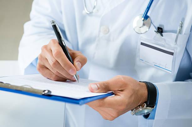 숫나사 의사는 의학 문서 작성 - 처방전 문서 뉴스 사진 이미지