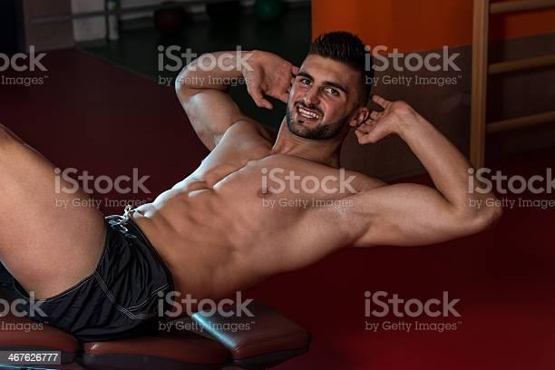 Hombre Haciendo Flexiones En Gimnasio Foto de stock y más banco de imágenes de 20-24 años