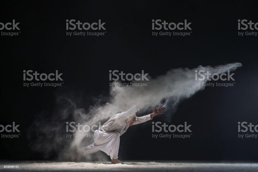 Männchen beim Yoga in weisse Staubwolke - Konzept der macht – Foto
