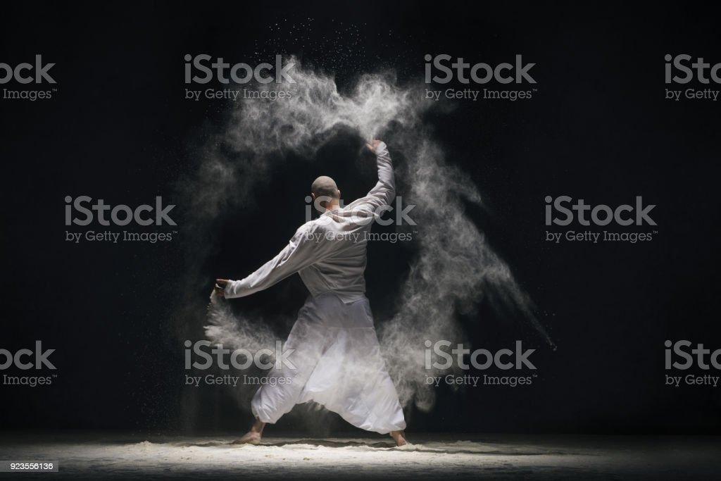 Beim Yoga in weißer Staub Wolke Rearview männlich – Foto
