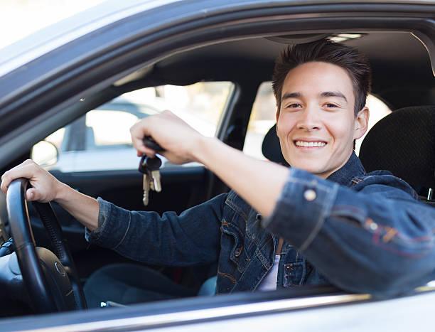 männliche fahrer - autos für fahranfänger stock-fotos und bilder