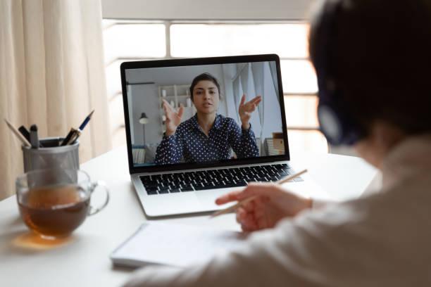 Männliche Mitarbeitersprechen im Videoanruf mit Kollegin – Foto