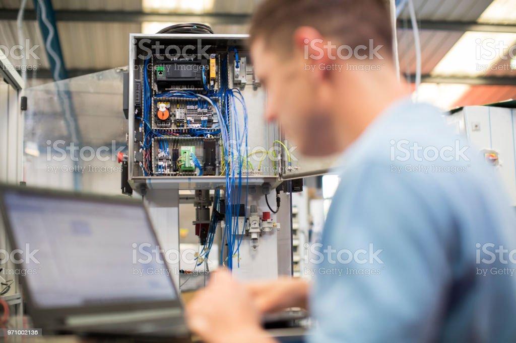 Männliche Ingenieur In der Fabrik mit Laptop-Computer – Foto