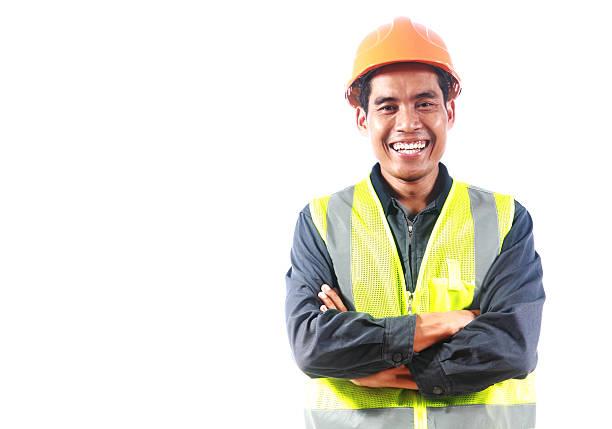 hombre ingeniero con chaleco de seguridad aislado sobre fondo blanco - obrero de la construcción fotografías e imágenes de stock