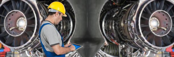 Männlicher Ingenieur mit digitalem Tablet für Flugzeugmechaniker – Foto