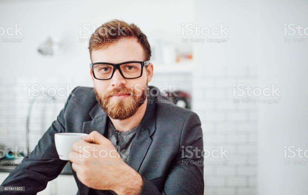 Empreendedor masculino tomando café - foto de acervo