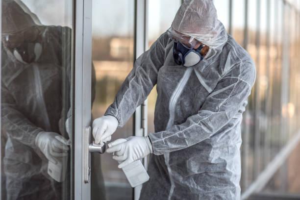 Ein männlicher, essentieller Arbeiter trägt während des Virusausbruchs eine Gesichtsmaske – Foto