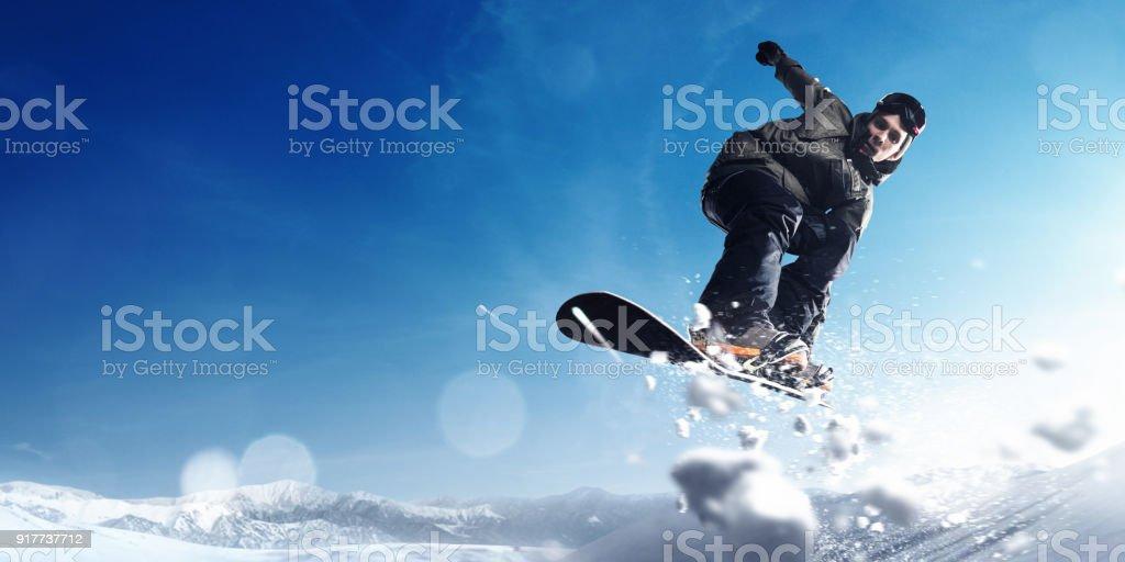 Männliche extreme Freestyle-Snowboarder springen – Foto