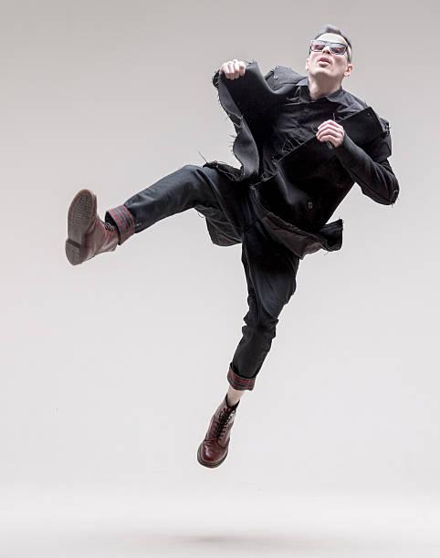 macho moda modelo. louco saltos - moda masculina - fotografias e filmes do acervo