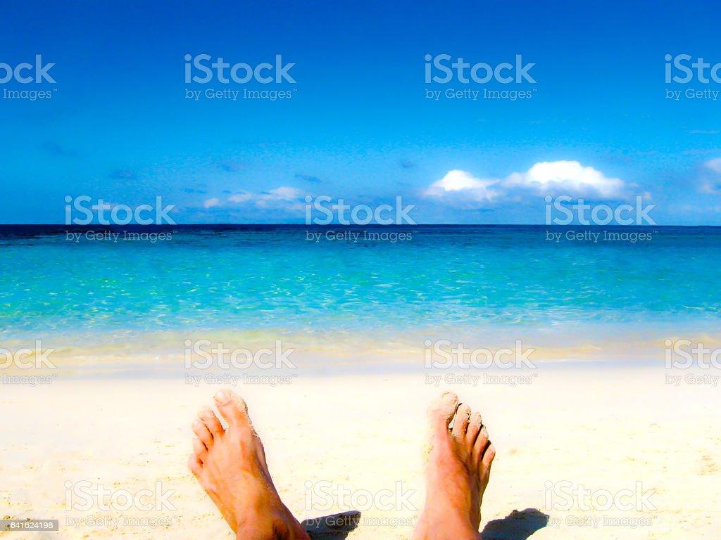 männliche Füße am Sandstrand – Foto