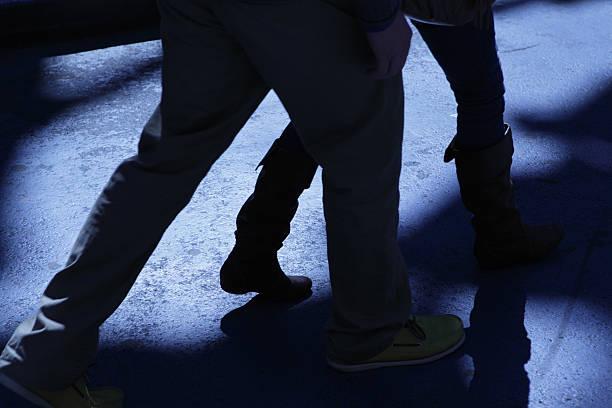 Männliche folgenden offensiver Frau in blaue Nacht-Schatten – Foto