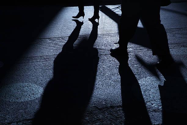 Männliche folgenden weibliche in blaue Nacht-Schatten – Foto