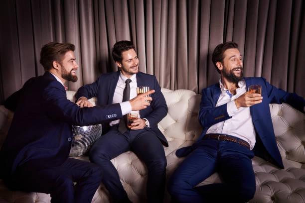 Männliche Freunde auf der party – Foto