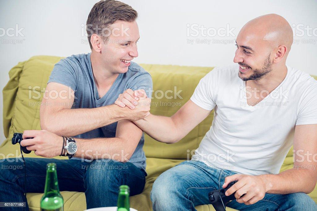 Homme amis, jouer à des jeux vidéo photo libre de droits