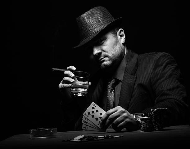 mężczyzna gambler gra w pokera. - gangster zdjęcia i obrazy z banku zdjęć