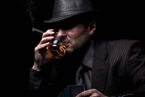 mannelijke gokker spelen poker. - guy with cigar stockfoto's en -beelden