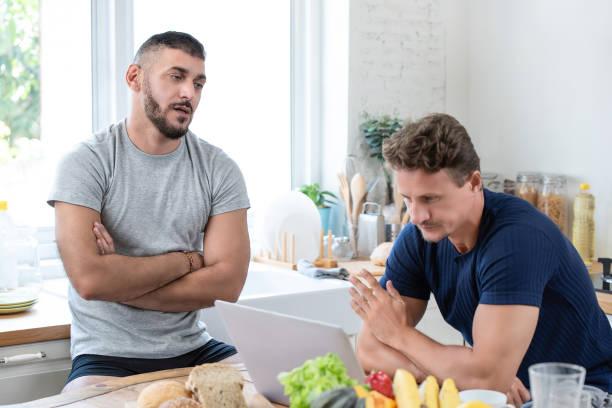 mannelijke homo paar met een argument - couple fighting home stockfoto's en -beelden