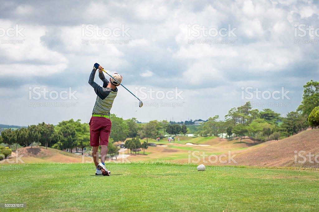 Männliche golf-Spieler Abschlagen Golfball vom t-Stück box. – Foto