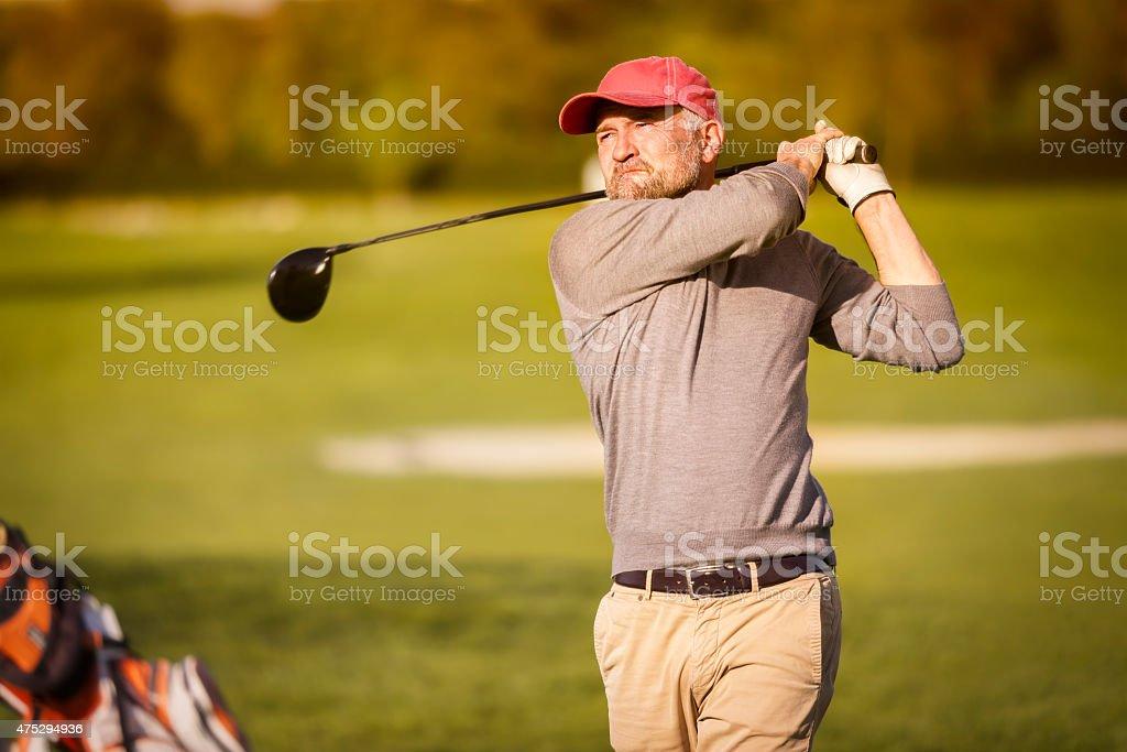 Homme jouer avec le joueur de golf club. - Photo
