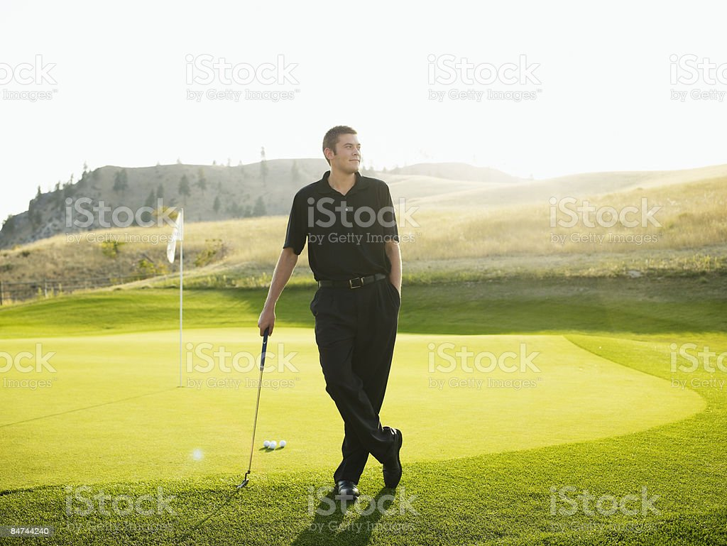 Male golfer at edge of green photo libre de droits