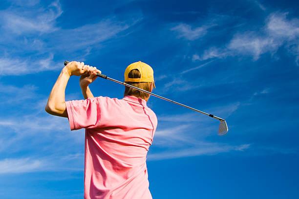 männliche golfer auf blauer himmel hintergrund sommer - schiebermütze stock-fotos und bilder