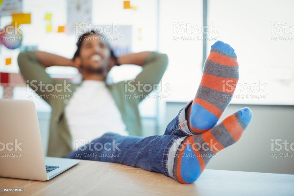 Männliche Grafiker entspannend mit Füße am Schreibtisch – Foto