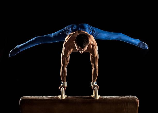 雄体操競技の鞍馬をで逆立ち - 体操競技 ストックフォトと画像