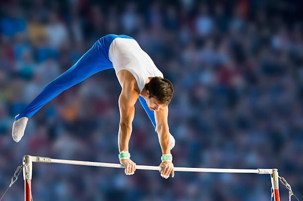 雄体操でも水平バーを実施する - 体操競技 ストックフォトと画像