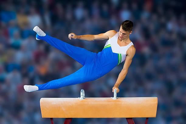 雄体操定期的に実行して、サイドの馬 - 体操競技 ストックフォトと画像