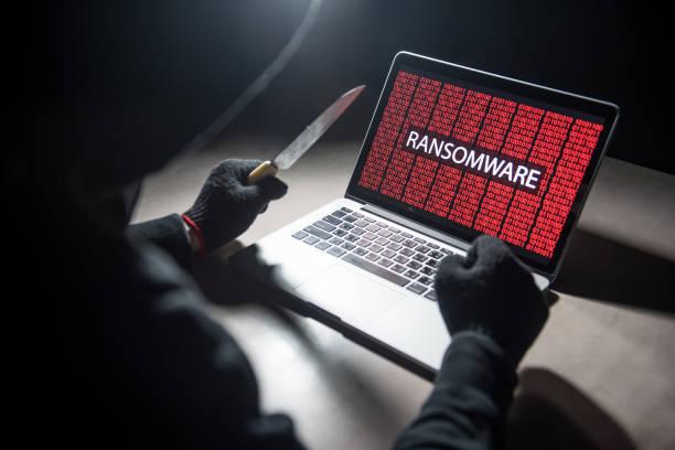 männliche hacker gewindeschneiden computer laptop mit messer - hackmesser stock-fotos und bilder
