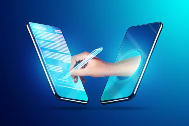 男性の手と現代のスマートフォンホログラム契約。電子署名、ビジネス、リモートコラボレーション、コピースペースのコンセプト。混合メディア。 - 電子署名 ストックフォトと画像