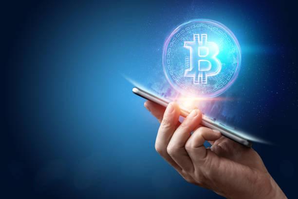 erkek el, bitcoin hologram, ultraviyole yaratıcı arka plan. cryptocurrency, elektronik para, blockchain teknolojisi, finans, kopya alanı. - kripto para birimi stok fotoğraflar ve resimler