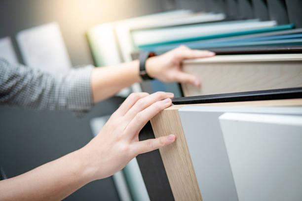 männliche hand auswahl schrank panel oder arbeitsplatten materialien für eingebaute möbel-design. shopping-möbel und dekoration. heimwerken-konzept - schrank stock-fotos und bilder