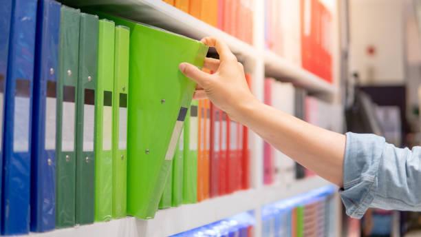 Männliche Hand wählt Aktenordner im Schreibwarenladen – Foto
