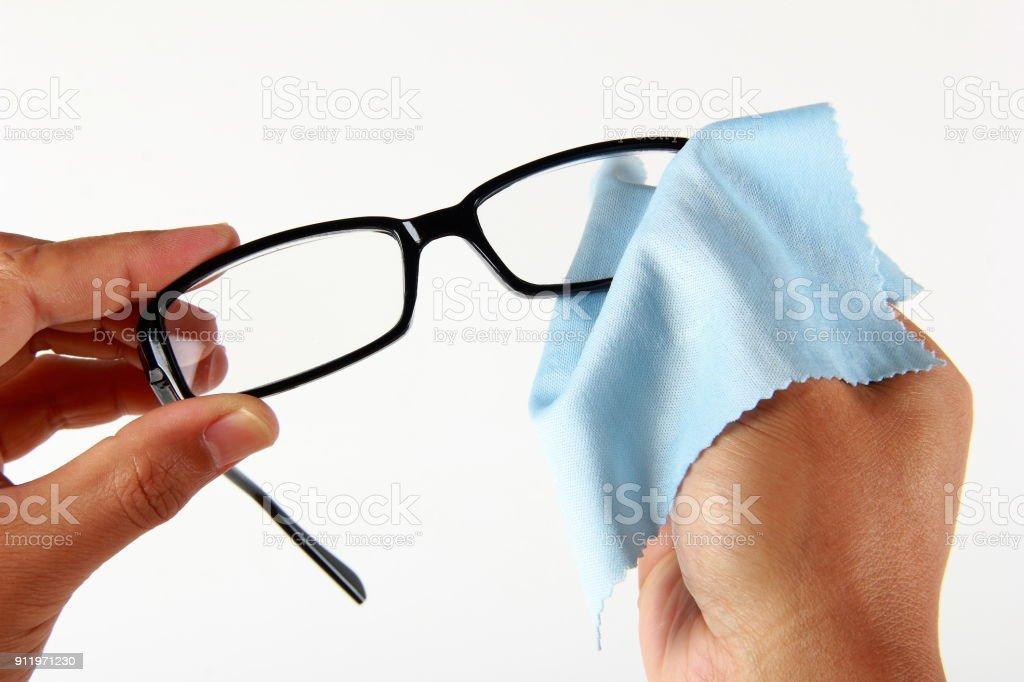 Männliche Hand, die Reinigung von Brillen – Foto