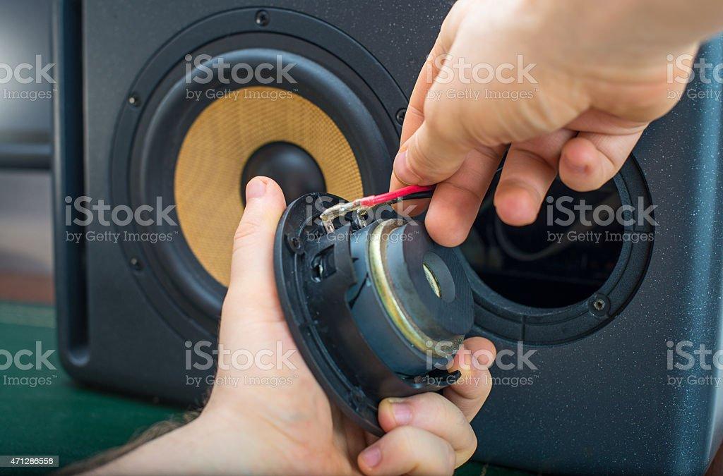 Männliche hand mit Verbindungstür professionelle studio-Lautsprecher. – Foto