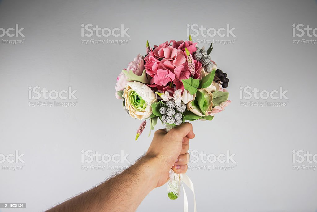 male hand giving wedding bouquet – Foto