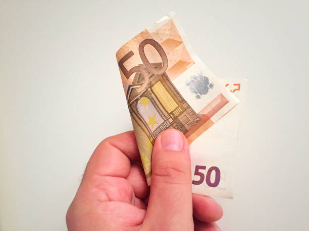 Männliche Hand, die eine 50 Euro-banknote – Foto