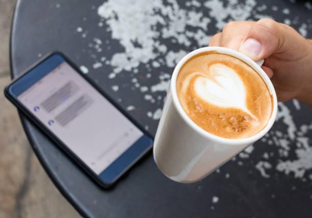 야외에서 커피 한 잔을 들고 남자 손. - 커피 마실 것 뉴스 사진 이미지