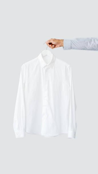 Männliche Hand halten Kleiderbügel mit Hemd – Foto