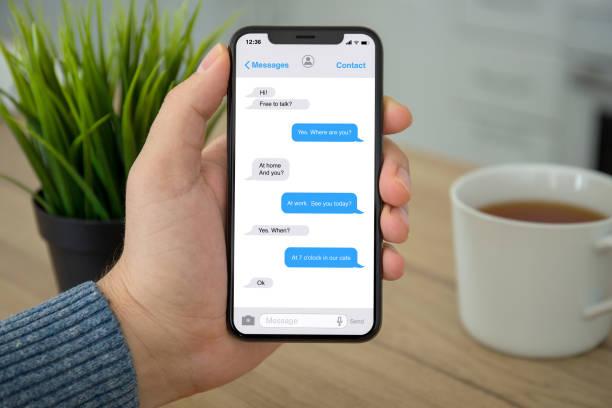Männliche Hand, die Telefon app Messenger auf dem Bildschirm – Foto