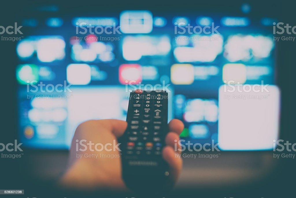 Männliche Hand halten Fernseher mit Fernbedienung. – Foto