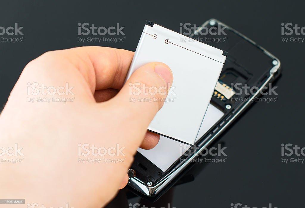 Männliche hand Hineinstecken Batterie Handy. - Lizenzfrei Lithium Stock-Foto