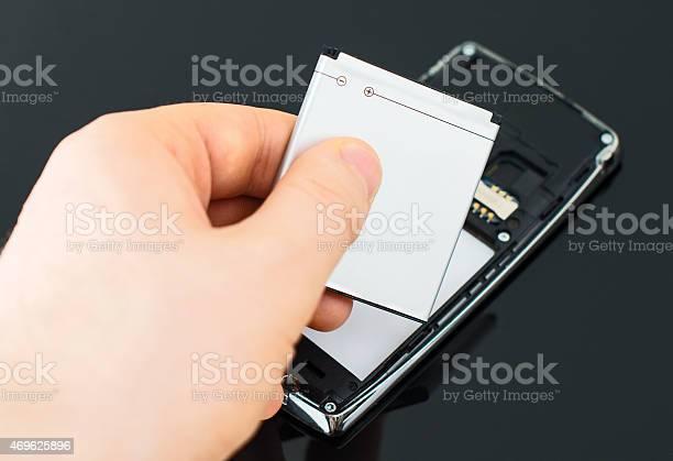 Männliche Hand Hineinstecken Batterie Handy Stockfoto und mehr Bilder von Lithium